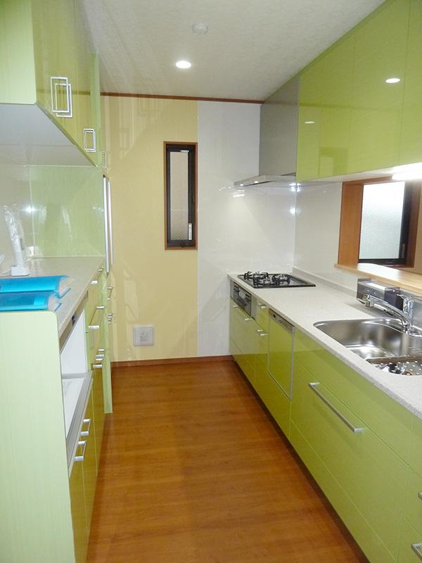 システムキッチンと背面食器棚